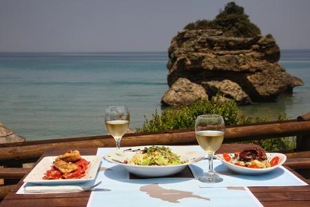 vin chaud: déjeuner sur une table pour deux au restaurant en bord de mer