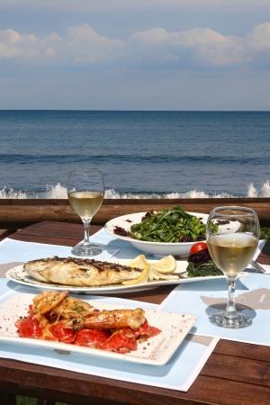 pescados y mariscos: productos del mar saludables para dos en el mar