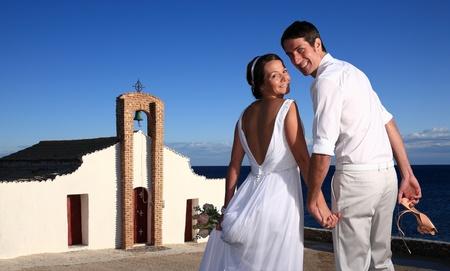 familia en la iglesia: novia y el novio fuera de la iglesia