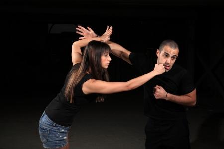 instructeur d'arts martiaux avec l'exercice de jeune fille Banque d'images