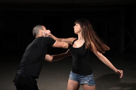 defensa personal: instructor de artes marciales mujer joven el ejercicio con