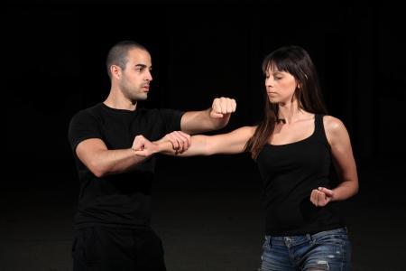 defensa personal: instructor de artes marciales con el ejercicio de niña