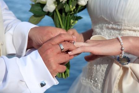 boda en la playa: La novia y el novio anillos de cambio en su boda Foto de archivo