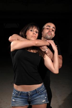 defensa personal: instructor de artes marciales con el ejercicio hembra joven Foto de archivo