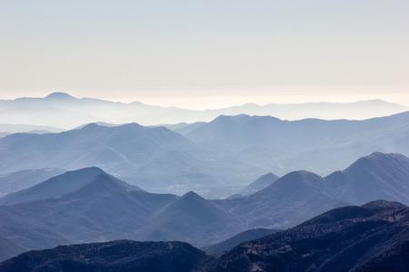 cielo despejado: cima de la montaña con nieve en un día soleado