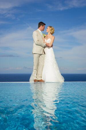 Porträt einer Braut und Bräutigam in einer griechischen Insel am Tag ihrer Hochzeit