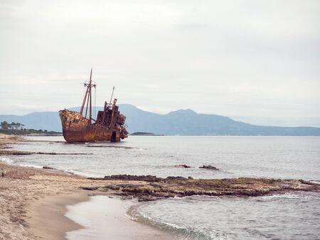 해변에있는 작은 난파선이 몇 년 동안 거기에서 떠났다, Gytheio, 그리스