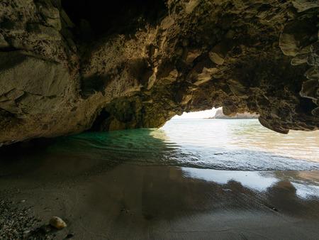 Petite grotte sur la plage de Tsigrado aux eaux cristallines sur l'île de Milos, Grèce