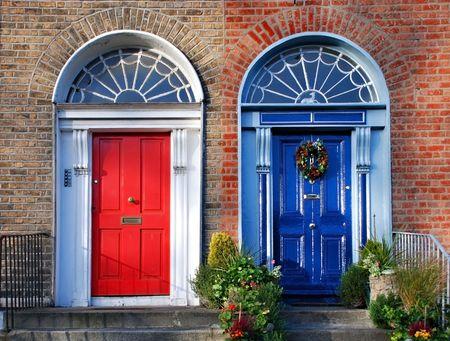 twin house: Georgian doors in Dublin - twin doors in red and blue Stock Photo