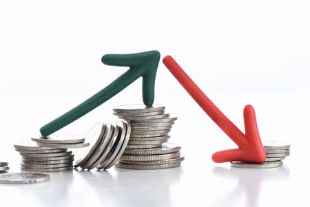 Flecha hacia arriba y hacia abajo con monedas sobre fondo blanco, concepto de incertidumbre empresarial y riesgo idea Foto de archivo - 80524516