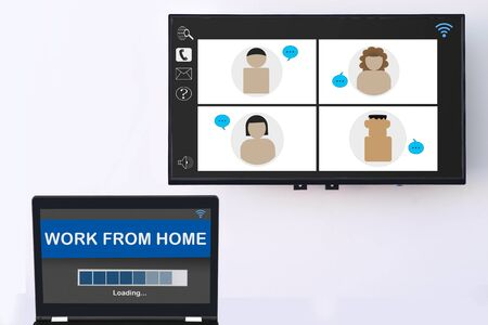 Gruppe von Menschen, die von zu Hause aus auf dem digitalen Smart-TV-Bildschirm und Online-Arbeiten vom Startbildschirm auf dem Computer auf weißem Wandhintergrund, sozialem Distanzierungskonzept und intelligenter Technologieidee arbeiten