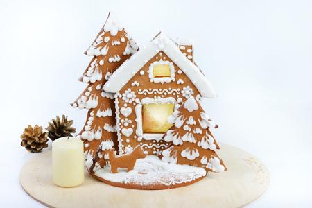 Selbstgemachtes köstliches Lebkuchenhaus der frohen Weihnachten auf hellem Hintergrund Standard-Bild