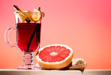 mulled wine in glass on pink background Standard-Bild