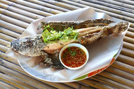 snake head fish: Testa di pesce alla griglia con salsa al pepe serpente Thai Archivio Fotografico