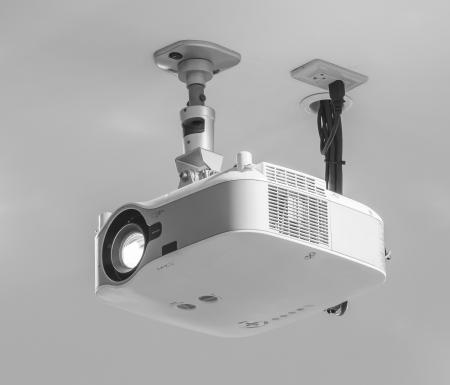 Projector hangen aan het plafond in de vergaderzaal