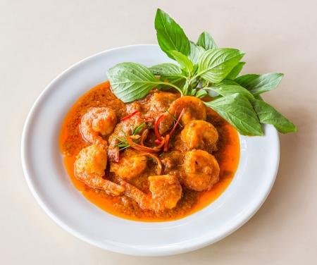 curry: Curry camarones fritos o langostinos con leche de coco y hojas de lima kaffir Foto de archivo
