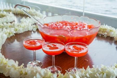 arandanos rojos: Ponche de frutas con hielo servido en un tazón de vidrio grande hermoso