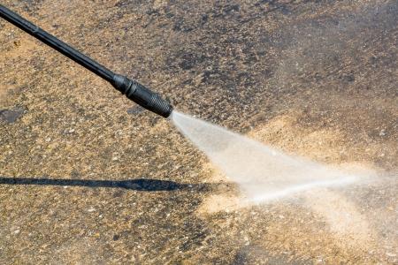 pulizia pavimenti: Pulizia del pavimento con getto d'acqua ad alta pressione