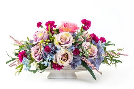 세라믹 냄비에 장미, 수국, 베리와 카네이션 꽃의 꽃다발