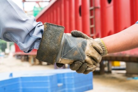 wymowny: Close up handshake in construction site, meaningful partnerships to work