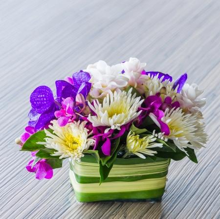 bouquet de fleur: Bouquet de fleurs de vanda, orchidée, chrysanthème sur la table en bois Banque d'images