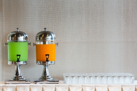 dispensador: Dispensador de bebida y vidrio en la mesa listos para las fiestas