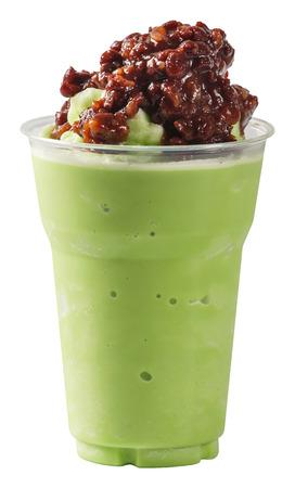 batidos frutas: Close up de la leche de frijol batido de t� verde rojo en vaso de pl�stico aisladas en blanco - con el camino de