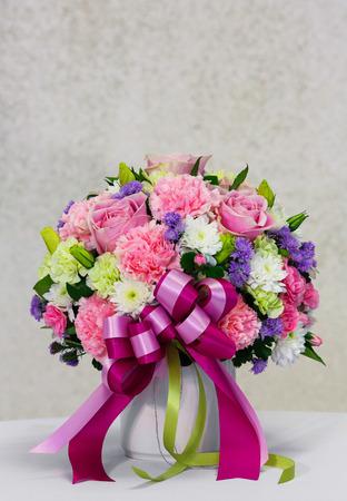 bow tie: Close up clavel rosa ramo de flores con la pajarita en una olla de cer�mica blanca