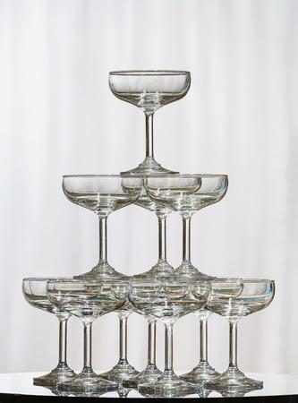 結婚式のパーティーでガラス テーブルの上のシャンパン グラスのスタック