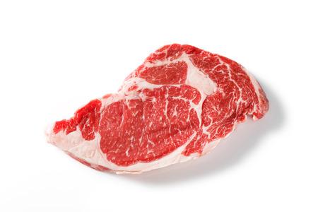 クローズ アップ白で隔離される牛リブアイ ステーキ