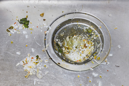 세척 후 식기 foodwaste 더러운 싱크대 나 세면대를 닫습니다 스톡 콘텐츠