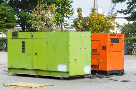 건설 공장에서 녹슨 오래된 발전기 스톡 콘텐츠