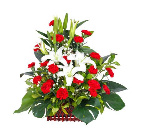 arreglo floral: Close up lirio - clavel - hoja monstera - ramo de flores gypsophila en canasta de mimbre aislados en blanco Foto de archivo