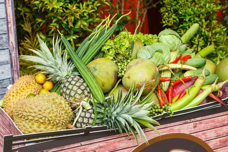 shorten: Close up del mont�n de verduras y frutas tailandesas