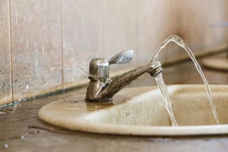 漏出を閉じます、古い浴室でバルブを台無しにします。