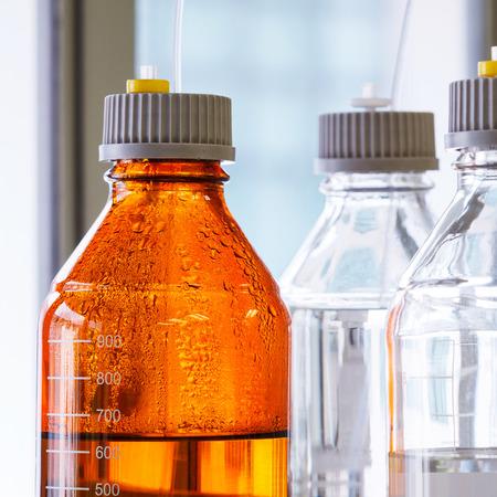 alto rendimiento: Cierre de la botella de color �mbar claro y con manguera de pl�stico para la cromatograf�a l�quida de alta resoluci�n