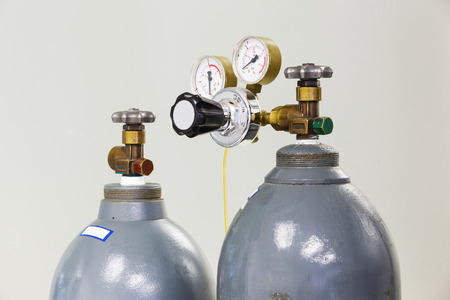 Close up gauges and valve on old nitrogen gas cylinder in laboratory Banque d'images
