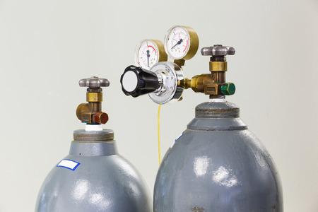 Close up gauges and valve on old nitrogen gas cylinder in laboratory Stockfoto