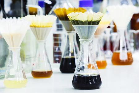 papel filtro: Muestras de alimentos filtro despu�s de mezclar o aplastados con papel de filtro plegado y embudo en frasco