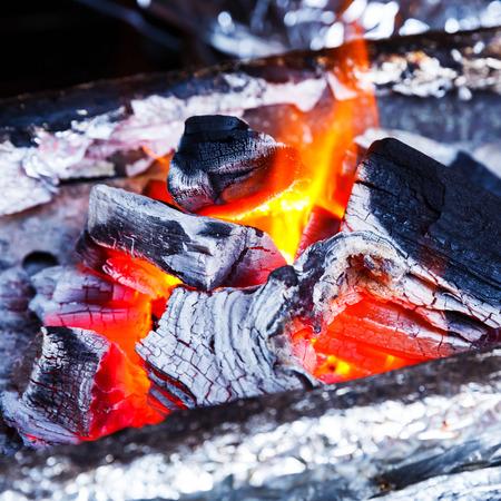 holzbriketts: Nahaufnahme Holzkohle auf Feuer bereit