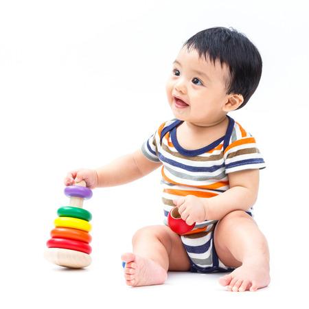 흰색으로 격리 된 장난감을 가지고 노는 귀여운 아시아 아기
