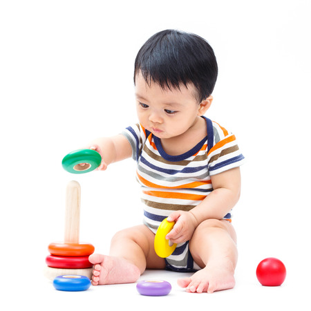 乳幼児: かわいいアジアの赤ちゃんグッズは、白で隔離を遊ぶ