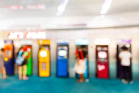 automatic transaction machine: Personas borrosas abstractas con cajero autom�tico o ATM en el centro comercial Foto de archivo