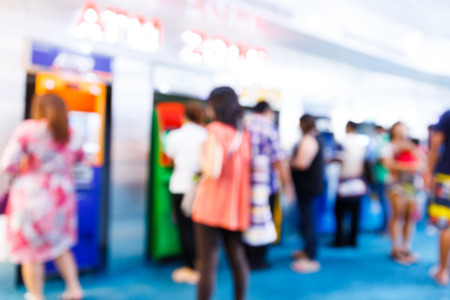 automatic teller machine: Personas borrosas abstractas con cajero autom�tico o ATM en el centro comercial Foto de archivo