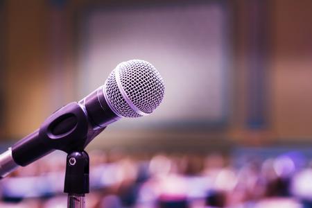 microfono antiguo: Cierre de micrófono de edad en la sala de conferencias