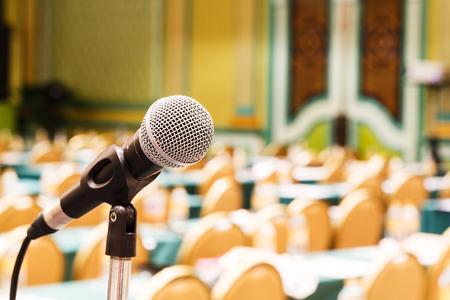 microfono antiguo: Cierre de micr�fono de edad en la sala de conferencias