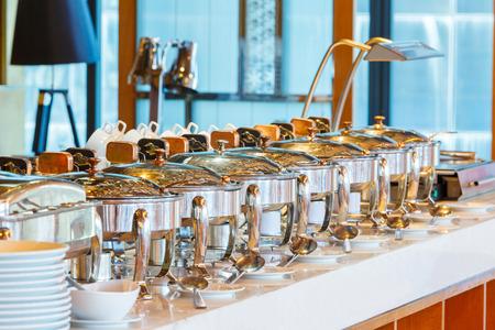 테이블에 스테인리스 수조 음식과 따뜻한 요리를 닫습니다, 음식의 개념 스톡 콘텐츠