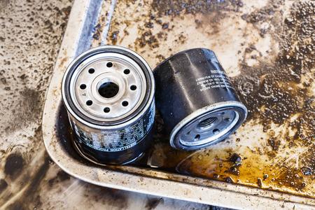 Close-up oude en vuile auto oliefilter, auto-onderhoud