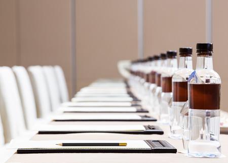 기자 회견 방에 가죽 패드에 날카로운 연필과 흰 종이를 닫습니다, 비즈니스 개념 스톡 콘텐츠