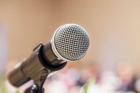 microfono antiguo: Cierre de micr�fono pasado en la sala de conferencias, el concepto de la educaci�n